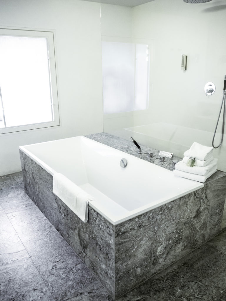 frei stehende Badewanne Weißes Kreuz Südtirol